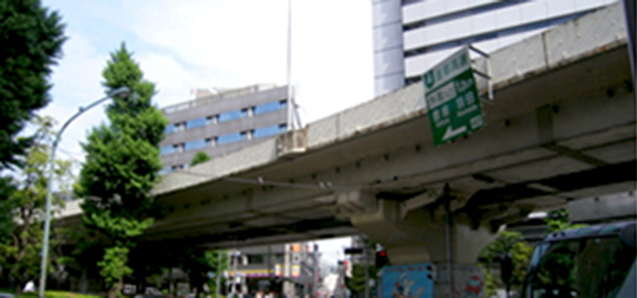 Image of the bridge girder and bridge railing near the Kita-sando Station before improvements