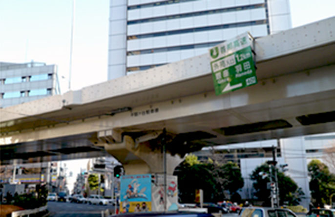 Image of the bridge girder and bridge railing near the Kita-sando Station after improvements