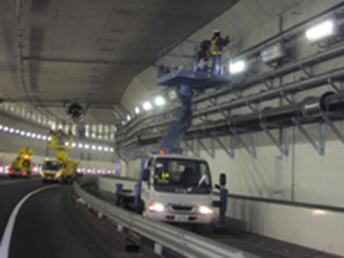 Close inspection inside tunnel by using aerial work platform